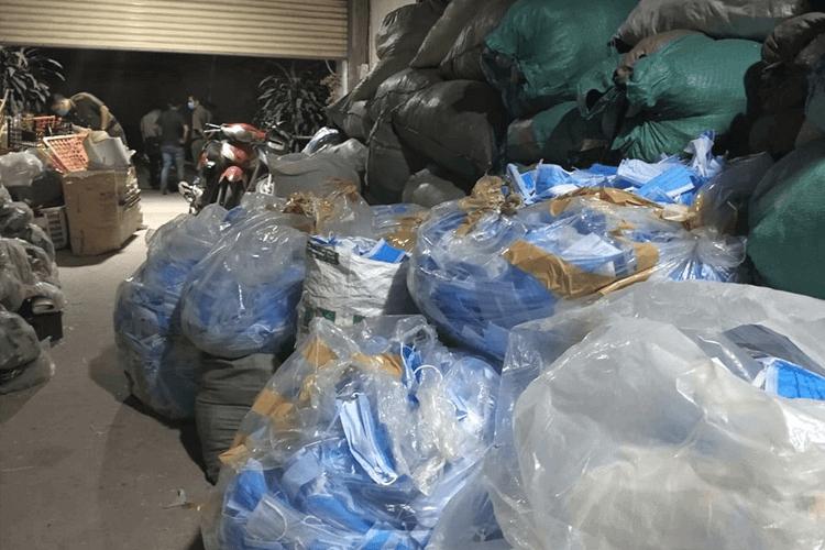 Phát hiện đối tượng thu gom 2 tấn khẩu trang y tế đã qua sử dụng tại TPHCM